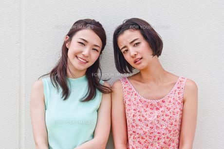 女性二人のポートレート FYI00603450