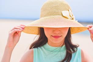 帽子を深く被った女性 FYI00603459