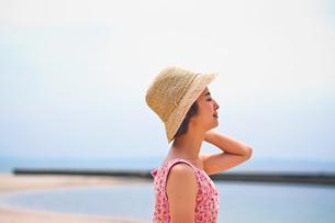 海で帽子を被った女性 FYI00603461