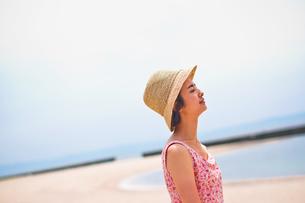 海で帽子を被った女性 FYI00603462