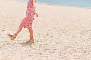 砂浜を歩く女性の足元 FYI00603471