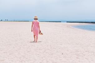 砂浜を歩く女性の後ろ姿 FYI00603474