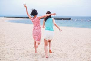 砂浜を走る二人の女性 FYI00603478