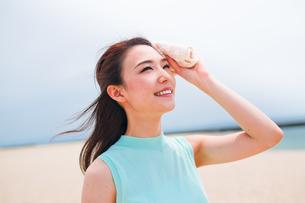 汗を拭く笑顔の女性 FYI00603479