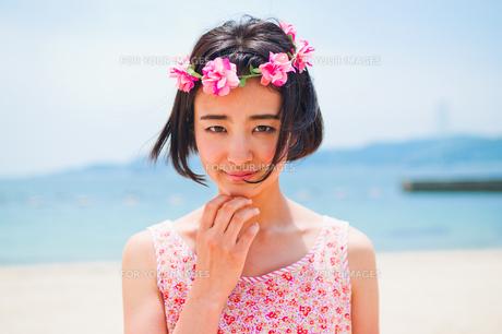 砂浜に立つ花かんむりをした女性 FYI00603481