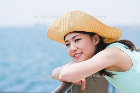 海を眺める女性 FYI00603493