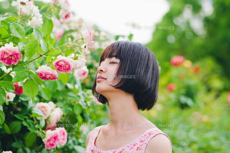 花の前に立つ女性 FYI00603502