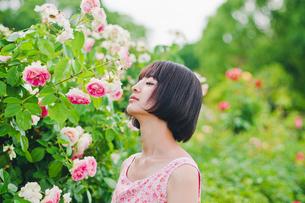 花の前に立つ女性 FYI00603504