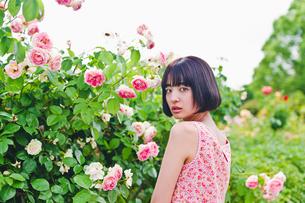 花の前に立つ女性 FYI00603505
