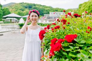花の前に立つ女性 FYI00603513