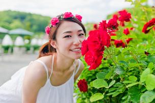 花の前に立つ女性 FYI00603515