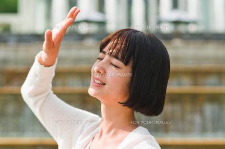 顔を手で覆う女性 FYI00603518