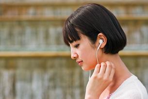 音楽を聴く女性 FYI00603523