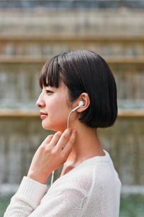 音楽を聴く女性 FYI00603524