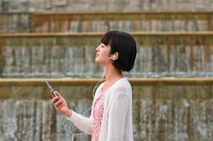 スマホで音楽を聴く女性 FYI00603525