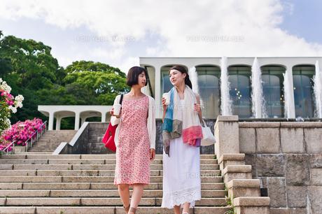 階段を下りながら会話する女性 FYI00603538