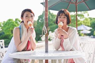 ソフトクリームを食べる女性 FYI00603563