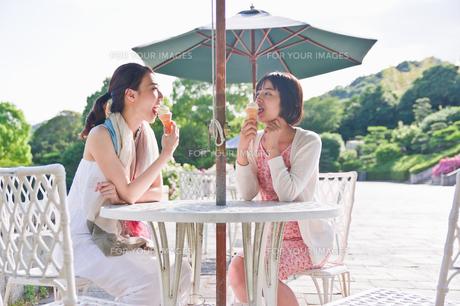 ソフトクリームを食べる女性 FYI00603568