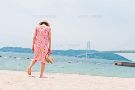 砂浜で歩く女性の後ろ姿 FYI00603579