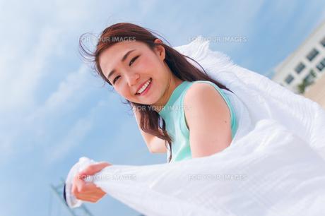 白い布を持つ女性 FYI00603581