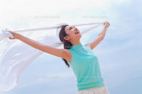白い布を持つ女性 FYI00603582