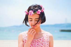 砂浜に立つ花かんむりをした女性 FYI00603587