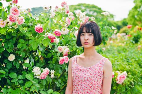 花の前に立つ女性 FYI00603596