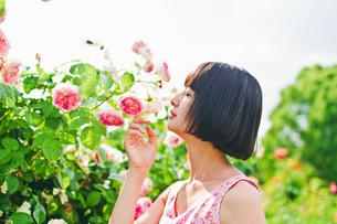 花の前に立つ女性 FYI00603598