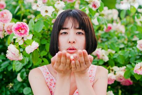 手のひらに花をのせる女性 FYI00603600