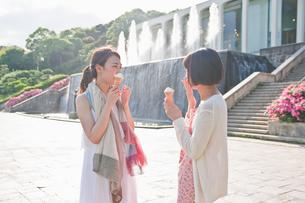 ソフトクリームを食べる女性 FYI00603603