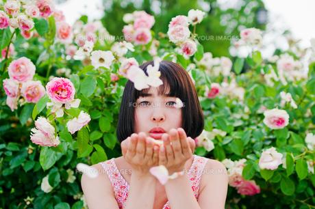 花びらを吹く女性 FYI00603604