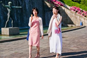 ソフトクリームを食べる女性 FYI00603605