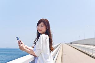 橋の上で音楽を聴く女性 FYI00603616