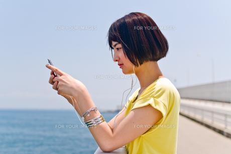橋の上で音楽を聴く女性 FYI00603619