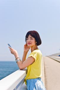 橋の上で音楽を聴く女性 FYI00603620