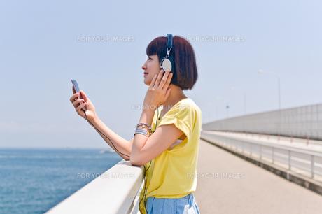 スマホで音楽を聴く女性 FYI00603621