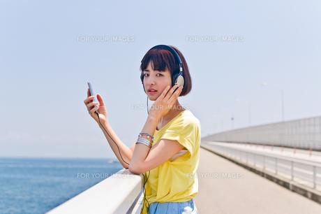 スマホで音楽を聴く女性 FYI00603623