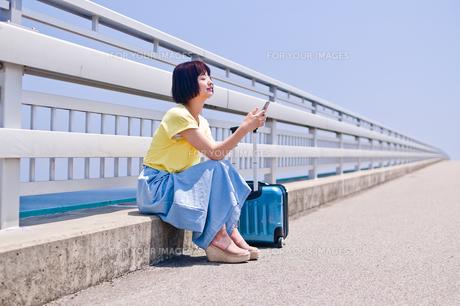 座ってスマホを操作する女性 FYI00603627