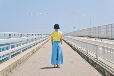 前を見据える女性の後ろ姿 FYI00603638