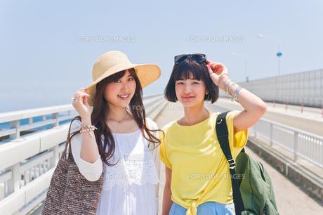 橋の上の女性二人 FYI00603643
