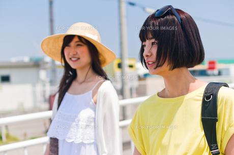 歩く女性二人 FYI00603646