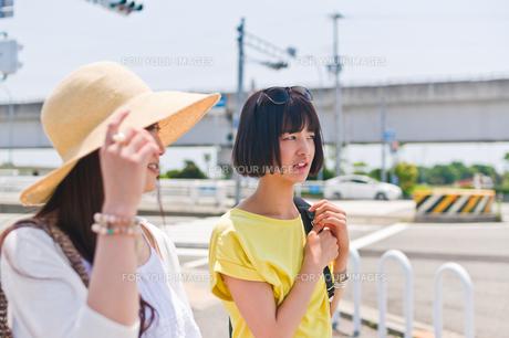 会話する女性二人 FYI00603648