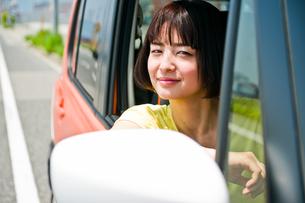 車の運転席から外を見る女性 FYI00603650