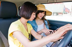 停車してスマホで道を探す女性 FYI00603652