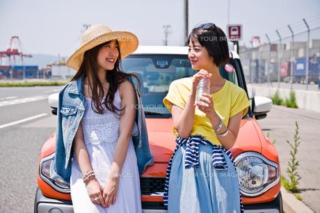 車の前で会話する女性二人 FYI00603659