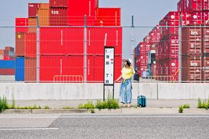バス停に立つ女性 FYI00603669