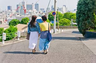 坂道を歩く女性二人 FYI00603684