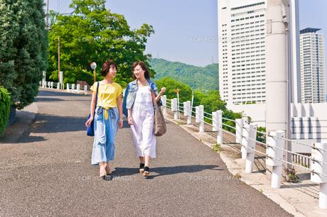 坂道を歩く女性二人 FYI00603685