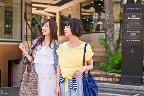 買い物をする女性 FYI00603687