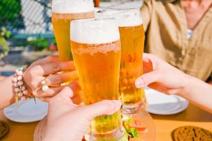 ビールで乾杯 FYI00603698